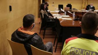 A l'esquerra i en primer pla, l'acusat de matar el germà a cops de crossa a Palafrugell el primer dia de judici a l'Audiència de Girona el passat 7 d'abril