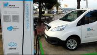 Un punt de recàrrega de vehicles elèctrics a les instal·lacions del port de Palamós