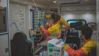 Una infermera, un tècnic en emergències sanitàries (TES) i un metges del SEM pediàtric, en una ambulància