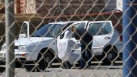 La policia inspeccionant ahir dilluns el cotxe on va aparèixer l'home mort