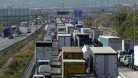Camions circulant en cues quilomètriques a l'A-2, a Sant Joan Despí