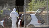 La policia científica inspeccionant el cotxe on hi havia el cadàver