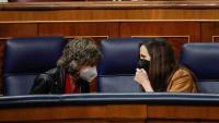 La ministra de Drets Socials, Ione Belarra, parla amb la diputada socialista, Maria Luisa Carcedo