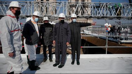 Macron –segon per la dreta– escolta el general Jean-Louis Georgelin, a càrrec de la reconstrucció de Notre-Dame, durant una visita d'obres, ahir