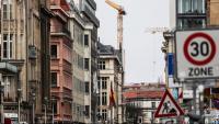 Blocs d'habitatges al centre de Berlín, la capital alemanya, amb unes grues al fons treballant en la construcció