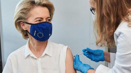 Ursula von der Leyen rep la primera dosi de la vacuna
