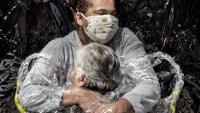 La fotografia 'The First Embrace', de Mads Nissen, premi World Press Photo de l'any 2021