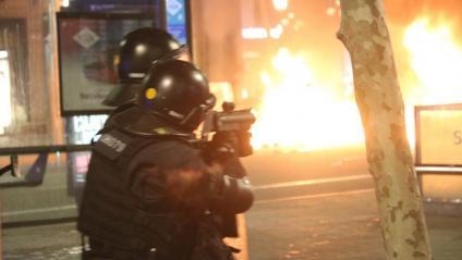 Mossos actuant en les protestes a favor de Pablo Hasél