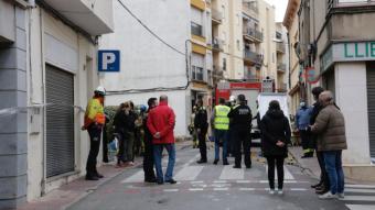 Mossos i policia al carrer on s'ha produït l'incendi
