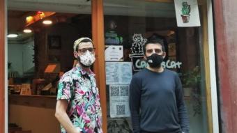 En Gilbert i en Carlos,  a la porta d'accés del seu restaurant, al carrer Valldonzella del Raval de Barcelona