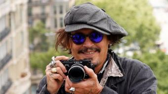 Johnny Depp, ahir a Barcelona, al terrat amb vistes al passeig de Gràcia de l'hotel Casa Fuster. A l'esquerra, caracteritzat com a Eugene Smith a 'El fotógrafo de Minamata', que es va presentar ahir al Bcn Film Fest