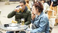 Una noia fumant, ahir, a la terrassa d'un bar del centre de Barcelona