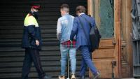 Un dels acusats accedeix a l'Audiència de Barcelona el passat dia 6 d'abril
