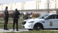 Dos agents de policia a l'exterior del magatzem de FedEx, d'Indianapolis, on es va produir la matança