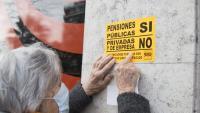 Enganxada de cartells que la Marea Pensionista va fer a la seu d'En Comú Podem, aquest mes de març