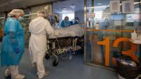 Un malalt entra en un box de l'Àrea de Vigilància Intensiva de Covid a l'Hospital Clínic