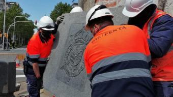 Operaris retiren l'escut d'armes de Joan Carles I