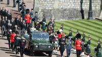 Membres de la família reial britànica , darrere del fèretre del duc d'Edimburg, transportat en un Land Rover, ahir