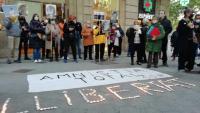 Els manifestants han encès espelmes per formar la paraula Llibertat