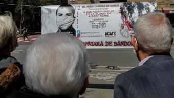 Una parella observa la pancarta que es va penjar ahir al barri de la Verneda al lloc on van passar els fets