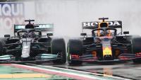 Verstappen i Hamilton mirant de superar-lo per fora a l'inici