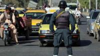 Un policia afganès controla una carretera; les víctimes civils no paren de créixer en aquell país