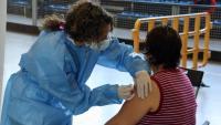 Una sanitària posa la vacuna a una dona a la Seu d'Urgell