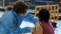 Una sanitària immunitza una veïna de la Seu d'Urgell en un espai de vacunació massiva