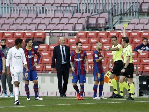 Martínez Munuera li ensenya una groga a Jordi Alba en el clàssic al Camp Nou