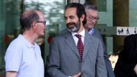 Antoni Molons, secretari de Comunicació del Govern, de perfil i amb barba, sortint de la Ciutat de la Justícia