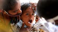 Un treballador sanitari fa una PCR a un nen a la ciutat índia de Bangalore