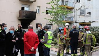 Autoritats i bombers, divendres, després de l'incendi que va tenir lloc en un habitatge ocupat