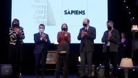 Laura Borràs, Pere Aragonès i el president de Plataforma per la Llengua, Òscar Escuder, amb la directora de 'Sàpiens', Clàudia Pujol