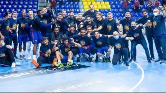 La plantilla del Barça celebrant el títol de lliga