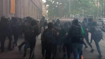 Estudiants universitaris situen contenidors a les portes de la UB