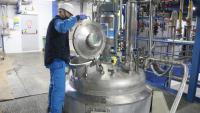 Interior de l'empresa Panreac Química, a Castellar del Vallès, amb un treballador manipulant una màquina