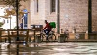 Repartidor de menjar a domicili pel centre de Girona poc abans que comenci el toc de queda