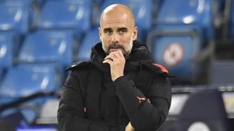 Pep Guardiola pensatiu en un partit d'aquesta temporada
