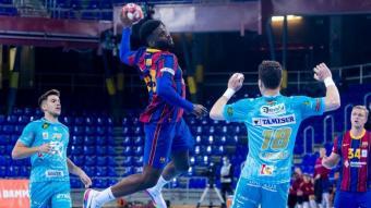 Dika Mem, en el partit contra el Puente Genil, és el màxim golejador del Barça (111) en la lliga Asobal
