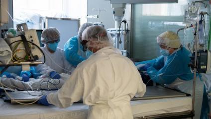 Professionals sanitaris atenen un malalt de Covid-19 a l'Àrea de Vigilància Intensiva a l'Hospital Clínic