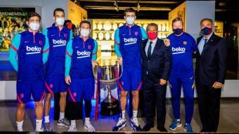 Koeman , els capitans, Laporta i Rafa Yuste han entregat la Copa al Museu del Barça