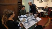 Un cambrer serveix un dinar en un restaurant de Barcelona