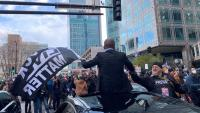 Un grup de persones celebren a Minneapolis (Minnesota) el veredicte sobre Derek Chauvin, el policia blanc que va matar George Floyd