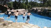 Nens tirant-se a la piscina de la casa de colònies