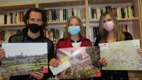 Representants dels consells comarcals mostrant el material