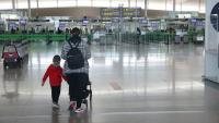 Una passatgera a la zona d'arribades de la T1 de l'aeroport del Prat