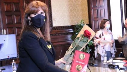 La presidenta del Parlament, Laura Borràs, amb una rosa i un llibre