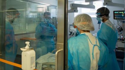 Sanitaris atenen un pacient a l'Àrea de Vigilància Intensiva de l'hospital Clínic