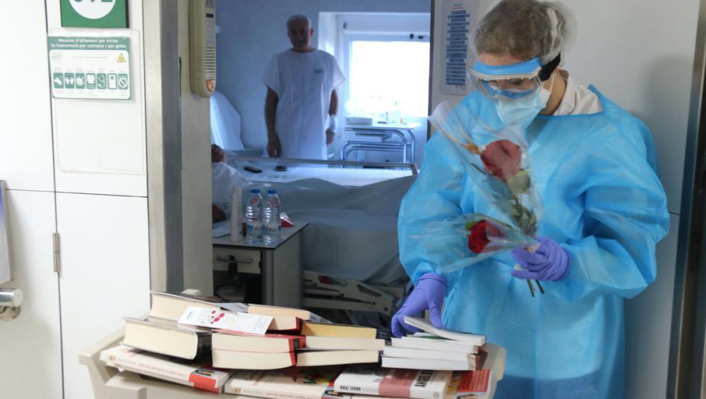 Pacients amb Covid-19 del Clínic de Barcelona reben amb satisfacció un llibre i una rosa