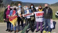 Jordi Turull, amb gent que dona suport als presos polítics a l'exterior de Lledoners i que avui els ha regalat roses grogues